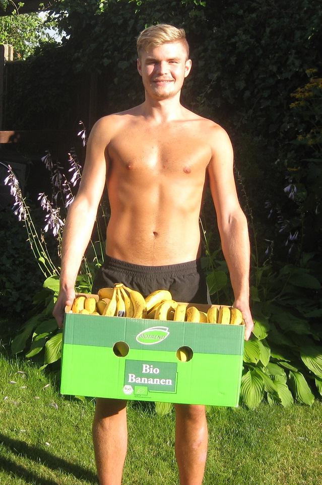 Kasper med en kasse bananer