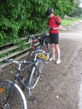 Druide gør sig klar og to cykler.