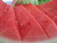 Vandmelon udskåret med kniv.