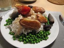 Et billede af min aftensmad i 2014 - store mængder ærter, ris og ovnbagte kartofler og rødbeder.