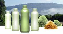 Billede af fiberflasker med natur i baggrunden.