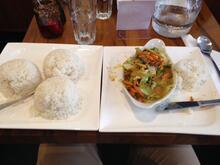 Fire portioner ris med grøntsager serveret på to tallerkner