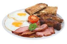 To Spejlæg, en ordentlig omgang bacon, pølser, to skiver toastbrød, nogle svampe og en halv tomat.