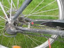 En cykel hvor kæden påvirkes af en skruetrækker, som viser hvor slap kæden er.