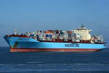 Et mærsk tankskib med container på åbent hav.
