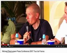 Et billede af Michael Rasmussen på en pressekonference.