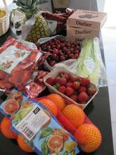 Planteindkøb - appelsiner, ananas, dadler, kirsebær og andet.