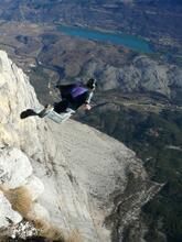 Steph Davis laver et bae jump med wingsuit - flyver ud over klippen.