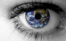 Et billede af et øje med et spejlbillede af jorden i øjets midte.